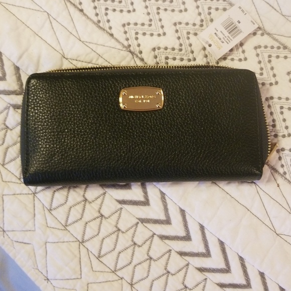 fb57e11bfc32 NWT attached Michael Kors Forrest green wallet